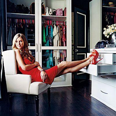 Nicky Hilton  Yeriniz darsa ve kıyafetlerinizi görmek istiyorsanız siz de Nicky gibi gardırop ve kutularınızı şeffaf yaptırabilirsiniz. Tabii düzenli olmak şartıyla!